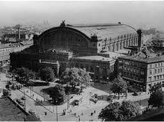 BERLIN Der Anhalter Bahnhof ... muss wunderschön gewesen sein. Meine Mutter ist dort als Kind oft angekommen und abgefahren. Sie fängt dann irgendwann immer an zu weinen, wenn sie erzählt, wie schön er und Berlin waren. Krieg erzeugt und hinterlässt nichts als Leid, was noch wirkt, wenn der Krieg längst vorbei ist.