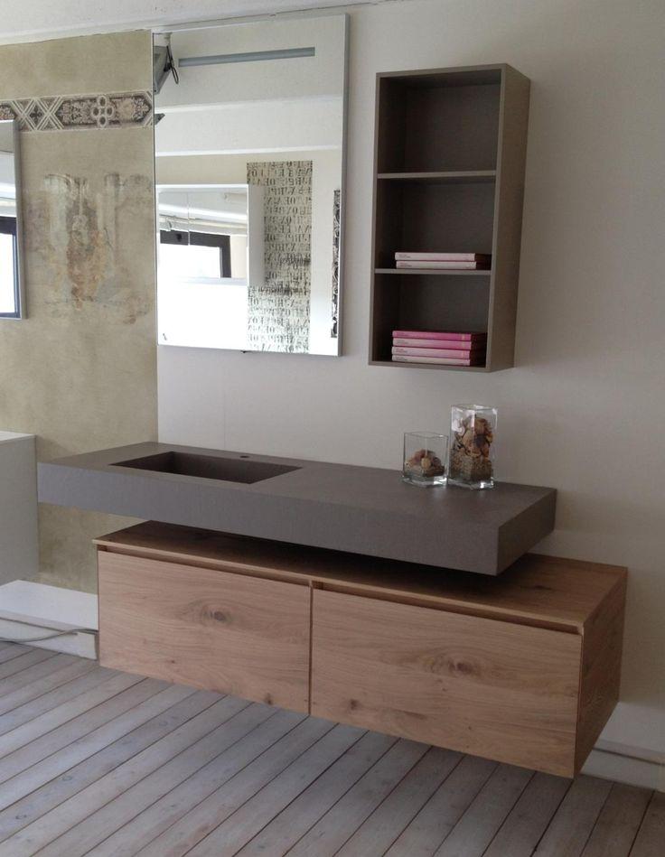 Composizione #bagno modello La Fenice con top in #ecomalta con vasca integrata, basi sospese in #rovere nodato