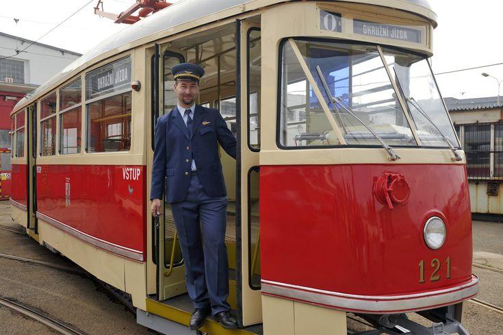 Historická tramvaj typu T1 (na snímku s údržbářem Jiřím Trnkou)    na serveru Lidovky.cz   aktuální zprávy
