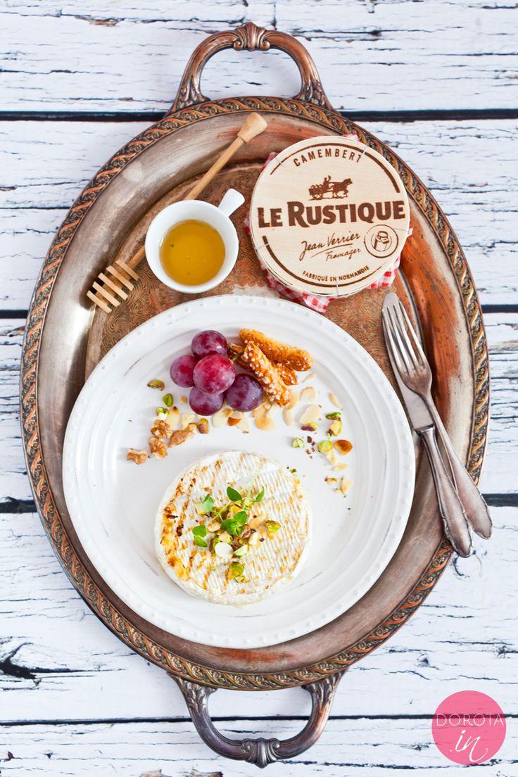 Ser pleśniowy z grilla - w bardzo eleganckiej wersji, z ziołami, miodem i pistacjami lub orzechami. Najlepszy :).  http://dorota.in/ser-plesniowy-z-grilla/  #food #kuchnia #przepis #lerustique #grill