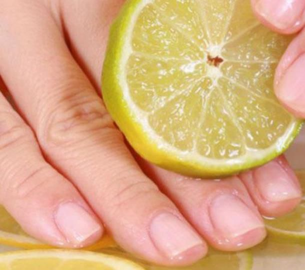 Le unghie striate possono essere sintomo di unghie fragili. Ecco come creare uno smalto rinforzante 100% naturale...
