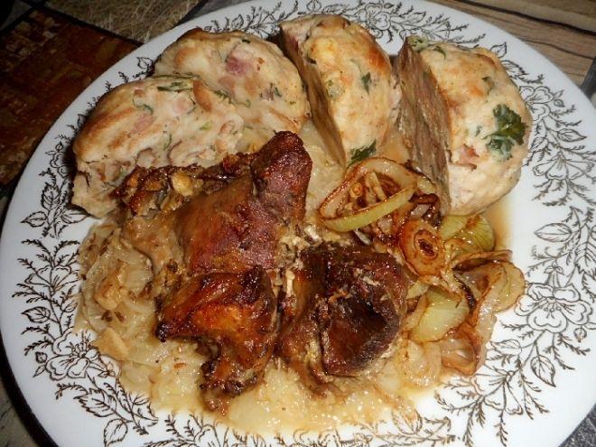 Vepřové výpečky, zelí bílé se špekovými knedlíky - Veřové maso z ořezu / plecko, bůček / nakrájíme na větší kostky, dáme do pekáčku, osolíme, opepříme, okmínujeme, pros..