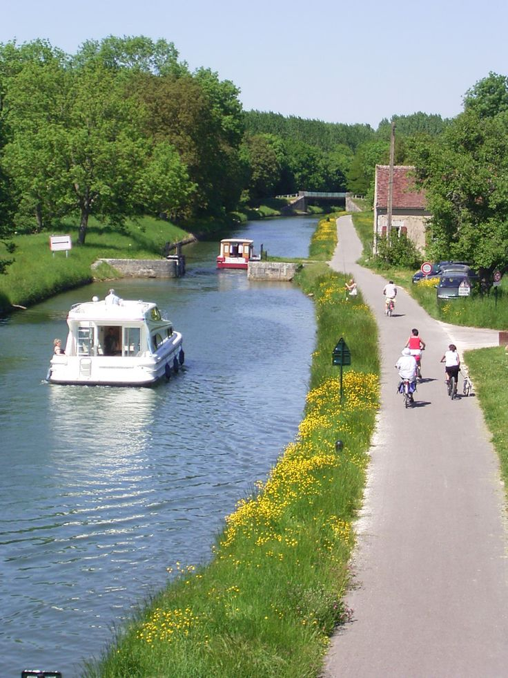 Canal du Nivernais à Prégilbert (Yonne 89) - En direction de Sainte Pallaye, Burgundy, France