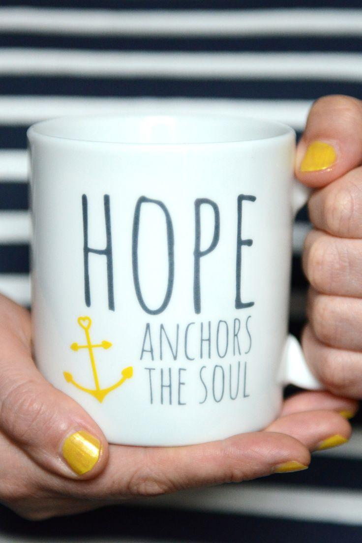 """Diese große Tasse mit dem Aufdruck """"Hope anchors the soul"""" soll dich immer daran erinnern, dass Gottes Hoffnung unsere Seele festhält wie ein Anker. Und so freust du dich vielleicht, wenn du an einem kalten Tag deine warme Tasse in deine Hände schließt und wieder daran zurückdenkst ...  Bibelvers auf der Tasse: """"We have this hope as an anchor for the soul, ..."""" - Hebrews 6,19 """"Diese Hoffnung ist unsere Zuflucht, sie ist für unser Leben ein sicherer und fester Anker, ..."""" - Hebräer 6,18-19"""