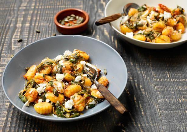 Gnocchi met spinazie, tomatensaus en zachte geitenkaas