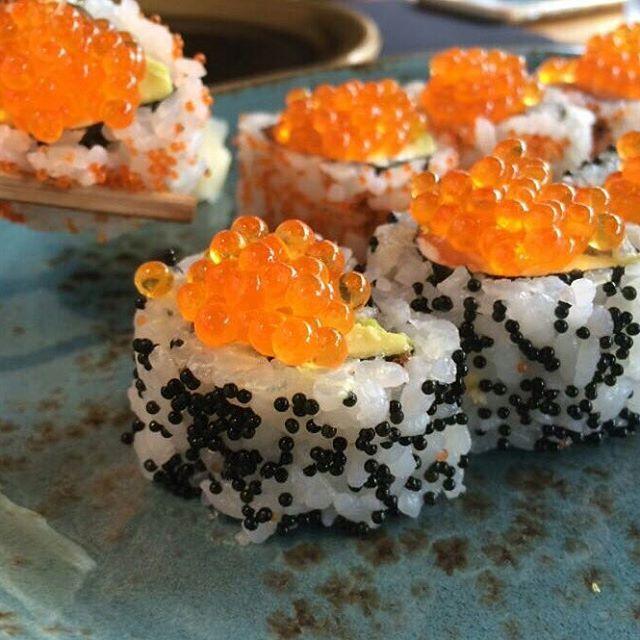 [SALMON CALIFORNIA] ● #uramaki relleno de #salmon #aguacate philadelphia y #tobiko en @monstersushibcn . Incrible calidad el los productos y excelente servicio. ● Great uramaki rolled up with #avocado #salmon #philadelphiacheese and tobiko. You can find it in @monstersushibcn in #barcelona  #caviarcitric #foodie #foodies #picture #japanesefood #raw #fish #yummy #delish #foodporn #foodpic #amazing
