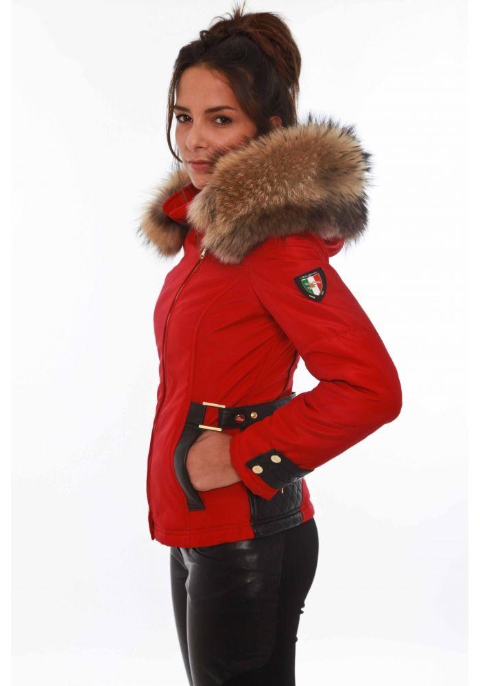 Parka en cuir d'agneau véritable et tissu imperméabilisé, signée Ventiuno. Ce manteau dispose de deux poches extérieures à pression, d'une poche zippée sur la manche droite. Le col de la capuche est en fourrure de renard...