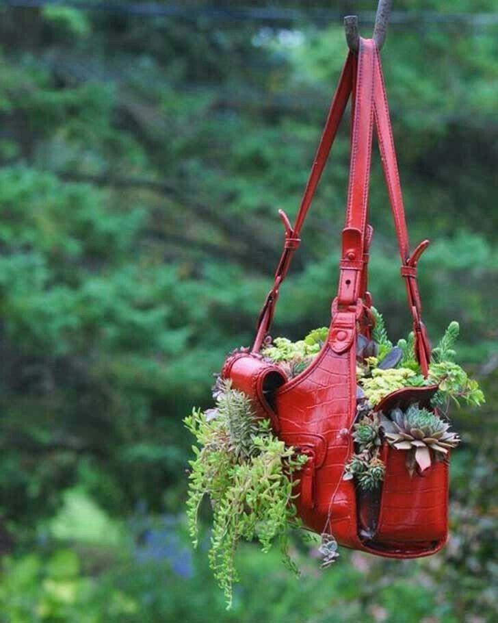 hasta las carteras viejas que tenemos en casa sin saber que hacer con ellas. las podemos usar para la decoración de nuestro hogar.