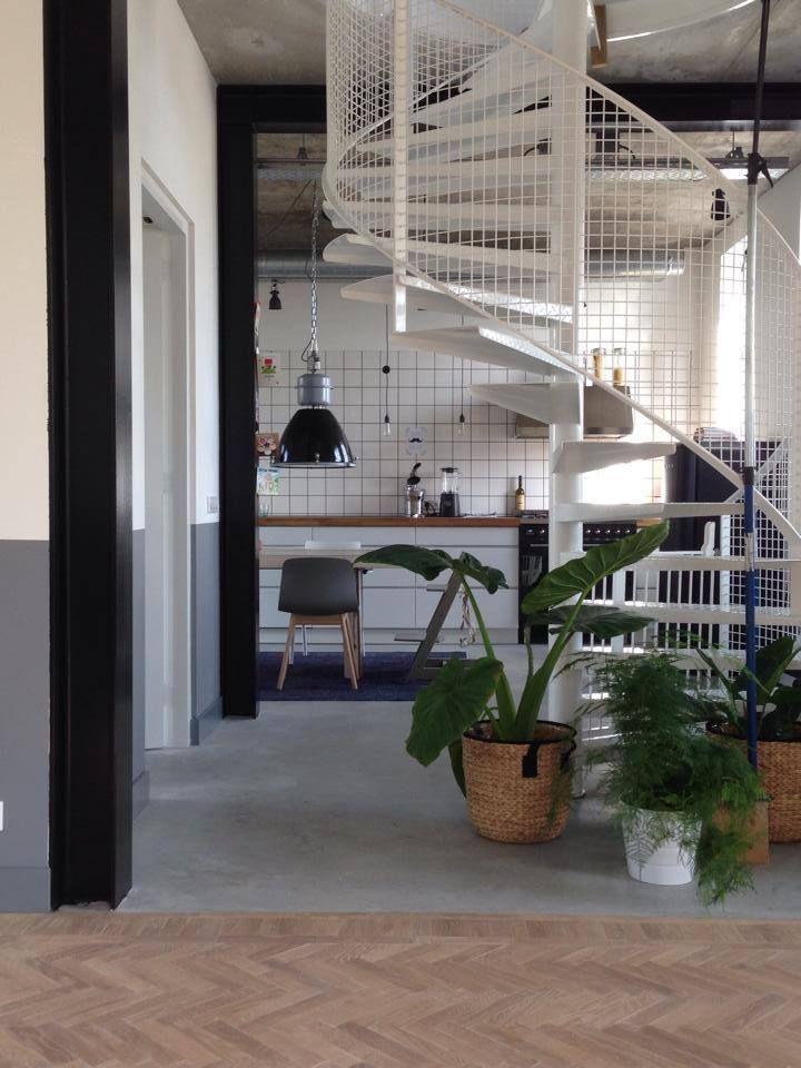 Nieuwbouw woning Strijp R door Broeren|Das bouwbedrijf. Woonkamer doorkijk naar keuken. Houten visgraatvloer. Industrial livingroom kitchen.