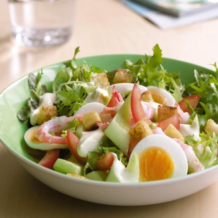 Recept som innehåller 2 ägg, ½ gurka, 2 tomater, 1 påse blandad sallad, 2 skivor formfranska, 1 msk Milda Culinesse, 400 g räkor med skal (ca 150 gr skalade), 1 dl Milda Fraiche, 1 msk senap, salt, vitpeppar, malen