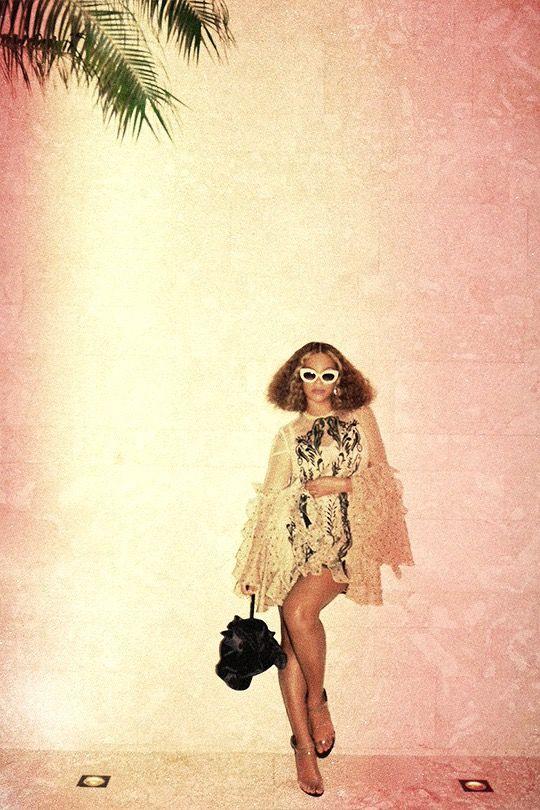 Beyoncé - CHICHI GET THE LLELLO PART 2. 4:44 Tour at the Quicken Loans Arena in Cleveland, Ohio (Nov. 19tj, 2017).