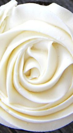 This marshmallow vanilla buttercream frosting is BEAUTIFUL.