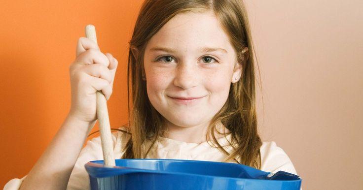 Cómo hacer goo sin bórax ni almidón de maíz. El goo o baba o moco, que las personas hacen generalmente para un proyecto de ciencias o sencillamente por diversión, se fabrica comúnmente con almidón de maíz y bórax. Si no tienes estos ingredientes, puedes utilizar otros materiales que seguramente hay en tu cocina. Hacer un goo para divertirse es una actividad ideal para un día lluvioso cuando ...