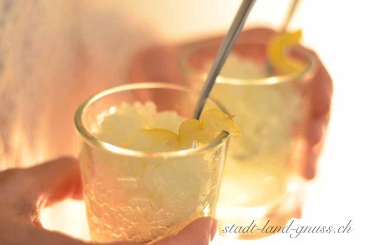 Zitronen Granita Rezept für erfrischendes gefrorenes Eis mit Zitrone. Sizilien Italien Rezepte. Zitronengranita.