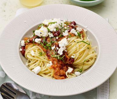 Enkel och supersmarrig tomatsåspasta som känns både fräsch och nyttig. Tomatsåsen är full av goda grönsaker som morot och kidneybönor som förhöjer smaken och gör rätten mättande. Blanda i färsk basilika och toppa med fetaost för en ljuvlig vardagspasta för hela familjen.