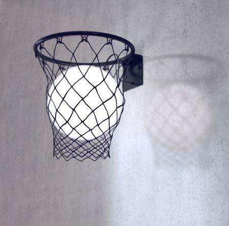 Une boule lumineuse dans un panier de basket noir pour créer une lampe sur le thème du basketball tout en élégance !