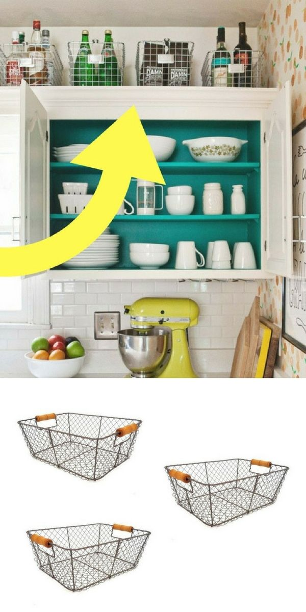 Placer ces paniers de rangement au-dessus des meubles : une idée toute simple et pas chère pour gagner de la place facilement et optimiser les espaces de rangement dans les petites cuisines !