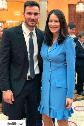 celia garcia vestido esmoquin azul de apparentia con su marido saul