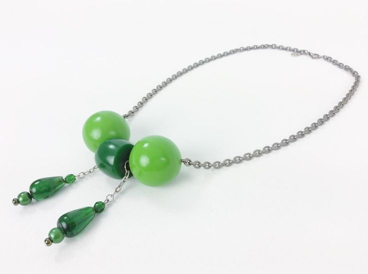 Annons på Tradera: Vintage halsband med kulor i grönt trä/plast och glas retro