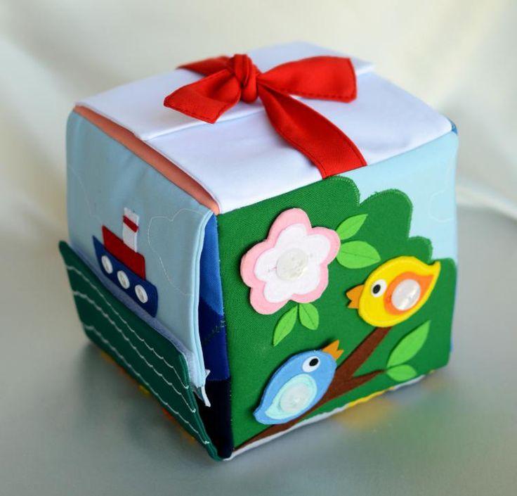 Сегодня я поделюсь с вами тем, как я шила вот такой развивающий кубик. От общей идеи (кубик с застёжками) переходим к частному — у кубика шесть граней. Значит, нам нужно определиться с размером, какие именно застёжки мы будем использовать, и как это всё оформим. Поразмыслив немного, я решила, что размер кубика будет 15 см * 15см, а грани будут следующие: - Пуговицы (отдельные фетровые птички п…