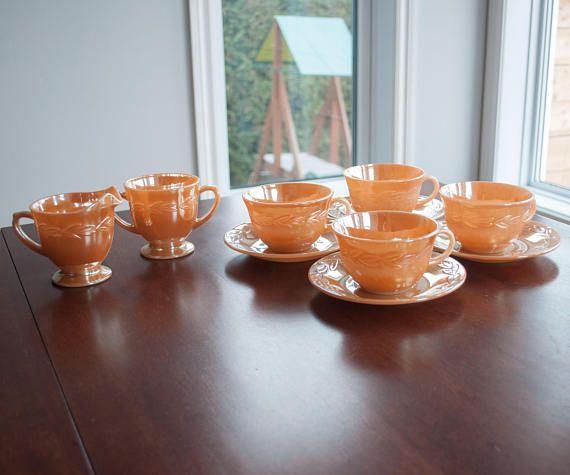 4 tasses et soucoupes 1 pot à lait et un pot à sucre couleurs