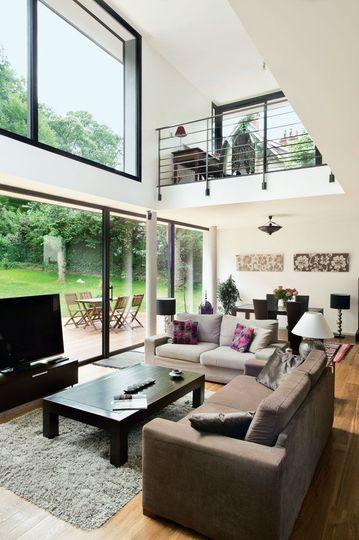 Une mezzanine-bureau donnant sur le salon - Une maison moderne qui invite le jardin à l'intérieur - CôtéMaison.fr