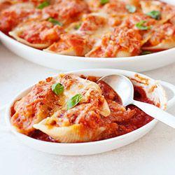 MUSZLE MAKARONOWE Z ŁOSOSIEM Zapiekane w sosie pomidorowym z parmezanem.
