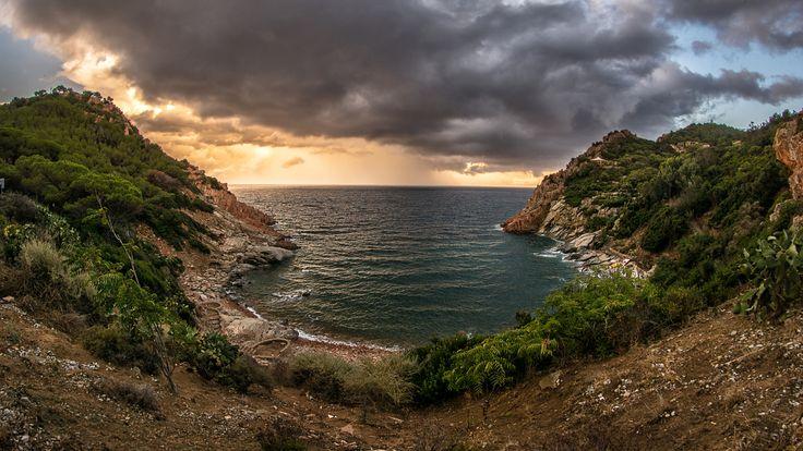 Sardegna-Cala Moresca - Arbatax - Una panoramica della bellissima caletta di Cala Moresca ad Arbatax, una semisconosciuta, bellissima e nascosta spiaggia cittadina.