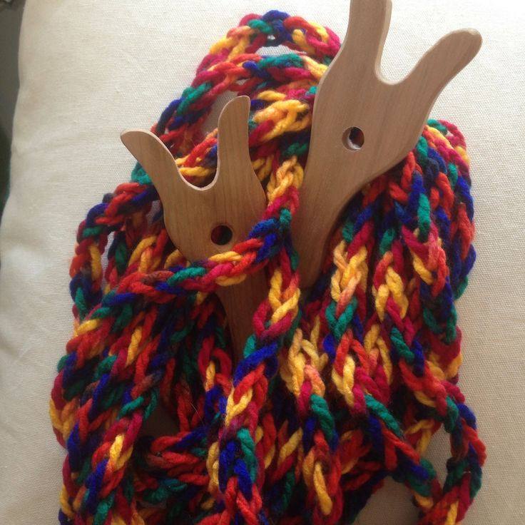 Collar textil. Cordón  tejido con tenedor Lucet