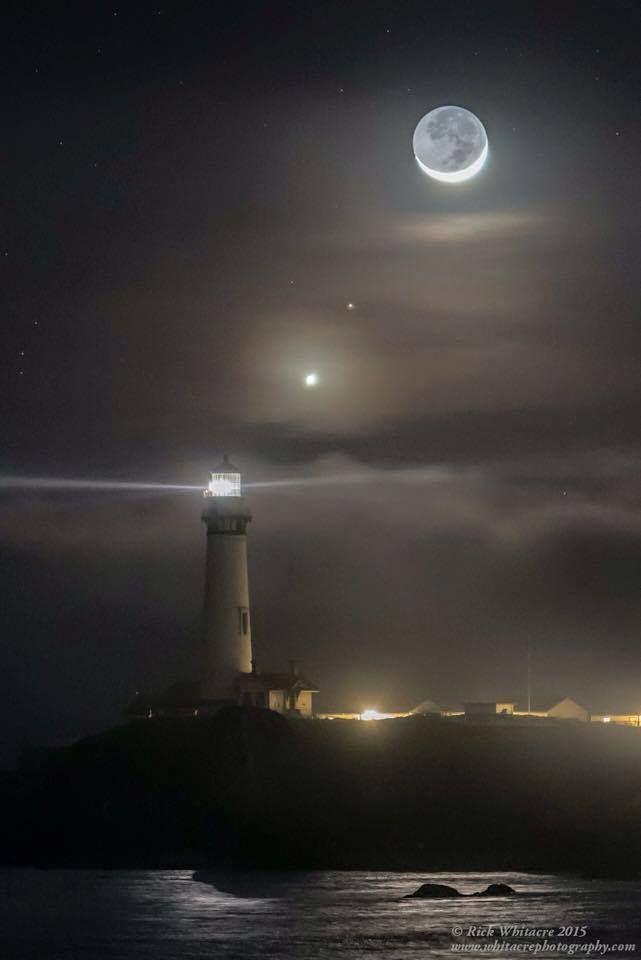 Maravillosa foto de Venus, Marte y la Luna creciente. Pigeon Point Faro en California.