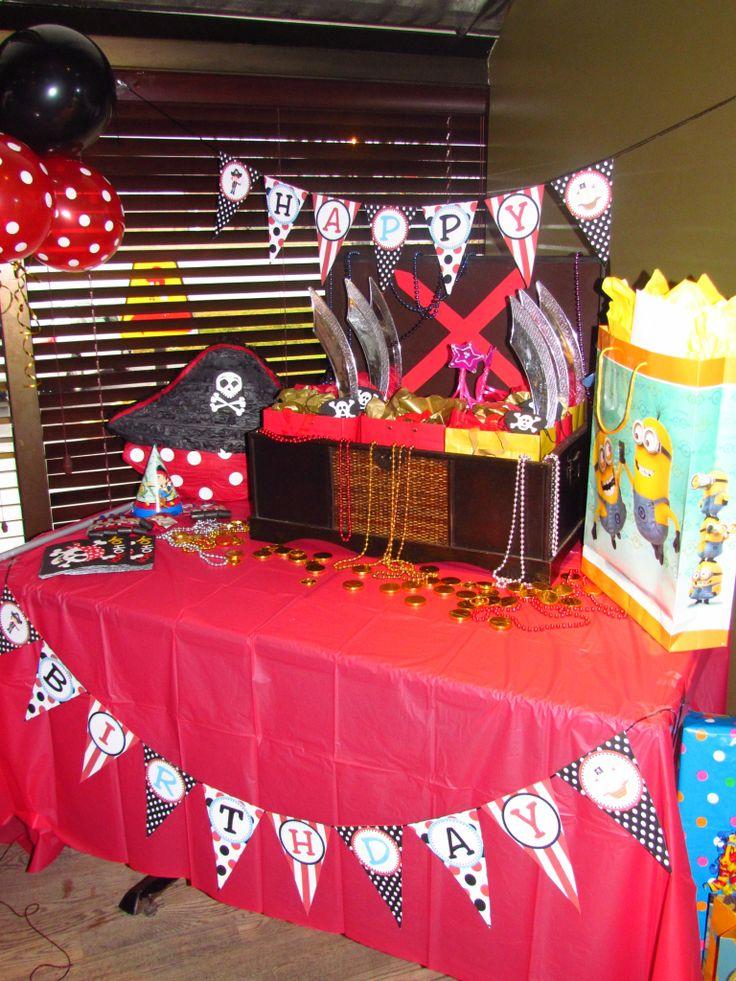 Anniversaire de mon jeune garçon de 2 ans sur le thème de pirate! Coffre au trésor contenant sacs-surprise avec épées en plastique, chapeaux de pirate en feutre, cache-oeil, collants et friandises! Banderole d'anniversaire à l'effigie de pirate, pièces d'or comestibles en chocolat,  piñata en forme de chapeau de pirate, bref, tout pour rendre les enfants fou de joie!! :)