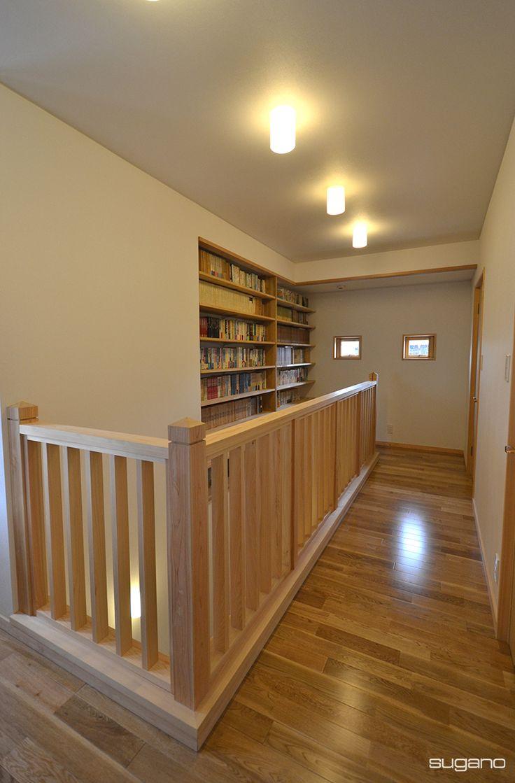 階段ホールに大容量の書棚を設けました。 #和風住宅 #新築住宅 #家 #階段ホール #階段 #本棚 #書棚 #家づくり #木造住宅 #和風の家 #内観 #壁一面の本棚 #木製手摺 #設計事務所 #菅野企画設計