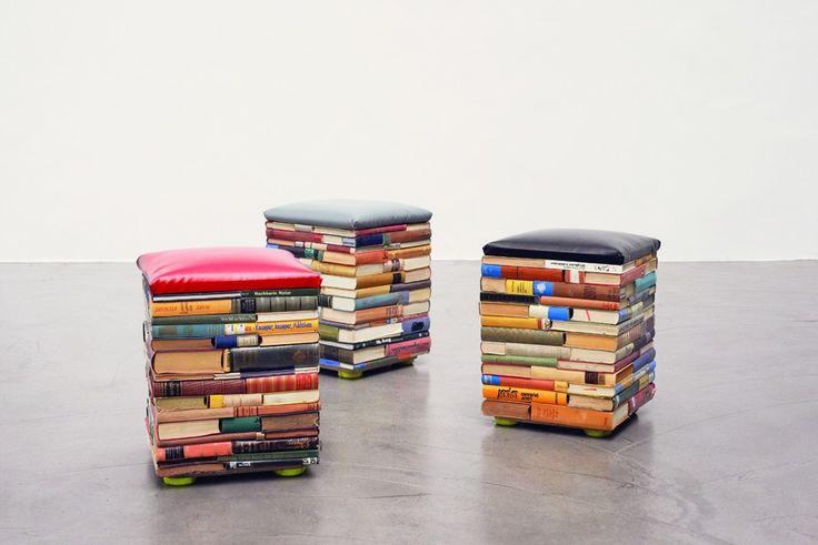 Tabourets faits à partir de vieux livres