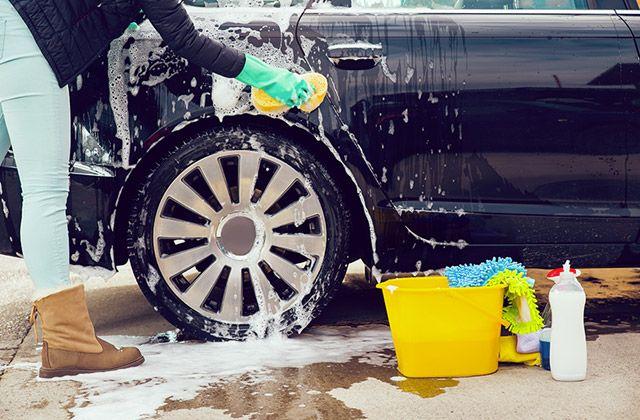 Nettoyer sa voiture avant un départ en vacances: bonne ou mauvaise idée?