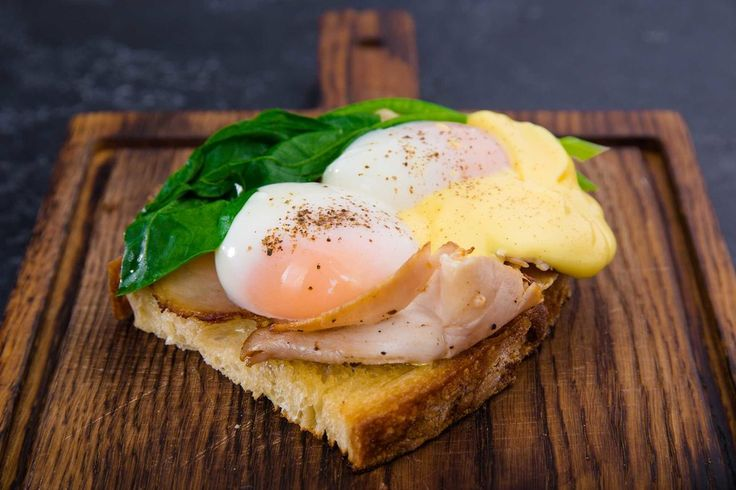 Просто, как яичница? Несколько мастерских способов подать яйцо на завтрак   ЯЙЦА БЕНЕДИК + ВЕТЧИНА  Возьмите кусочек тоста (или булочки бриошь), смажьте сливочным маслом, обжарьте до золотистой корочки. Поверх тоста выложите ломтики обжаренной ветчины и 2 яйца пашот, листики шпината, припущенные в сливочном масле с солью и чесноком и ложечку голландского соуса.   СКРЭМБЛ С АВОКАДО И БЕКОНОМ  Авокадо очистите, разрежьте на две половинки, удалите косточку и нарежьте ломтиками. Кусочки ржаного…