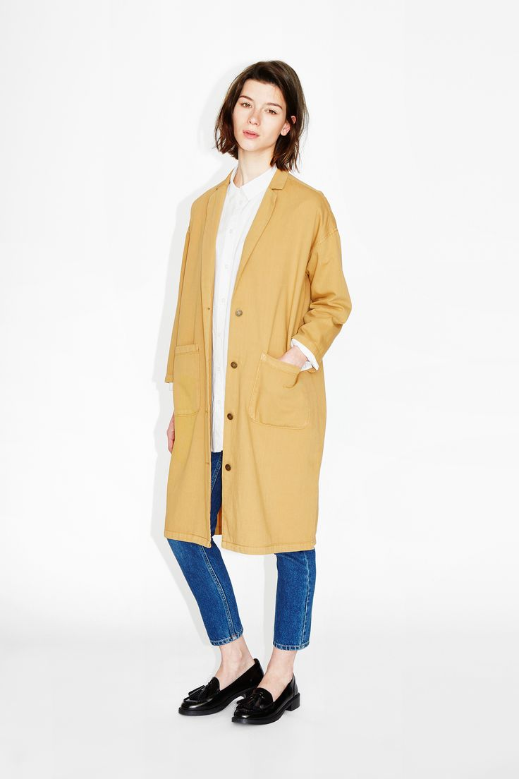 Alright, listen up - the shop coat is here to talk shop….right into your wardrobe! Leisure loose, long style, notch lapels and shortly crafted sleeves to make its big love a little shorter. colour: lion's mane In a size small the chest width is 119 cm and the length is 102 cm. The model is 175 cm and is wearing a size small.