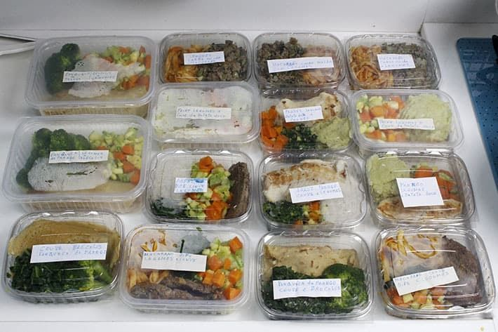 Não demora tanto e com as marmitas prontas e organizadas é muito mais difícil arrumar desculpas para comer fora!