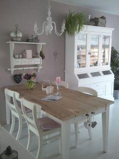 Essbereich im Landhaus-Stil - Echtholz wird ergänzt durch pastellige und helle Farben, die Formen sind verspielt ohne überladen zu wirken >> landelijke stijl keuken/woonkamer