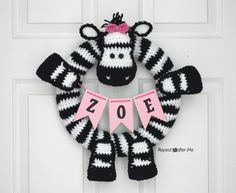 Crochet Zebra Wreath - Repeat Crafter Me      http://www.repeatcrafterme.com/2014/08/crochet-zebra-wreath.html