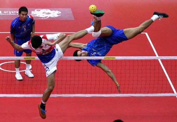 ¿Conoces el Sepak Takraw? Se trata de un deporte del sudeste asiático, muy parecido al voleibol, pero en el que sólo se usan los pies y la cabeza. Sus inicios datan del siglo VII d.C, y tiene su origen en el milenario cùjú chino. ¡Sorprendente! #deportes #atmosferasport