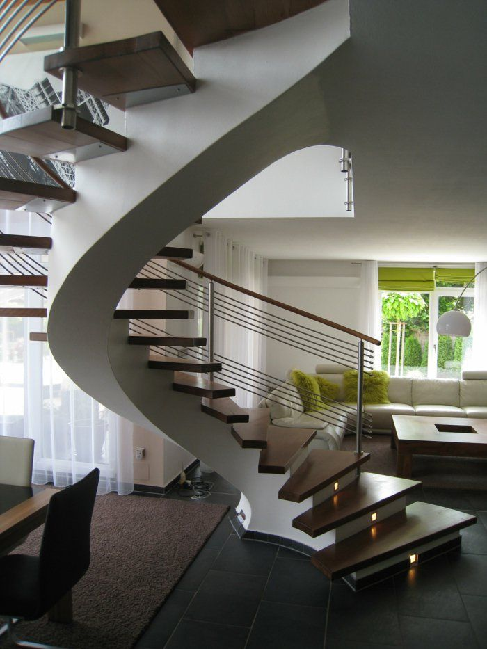 wendeltreppe innen wohnzimmer offener wohnplan schwarze bodenfliesen