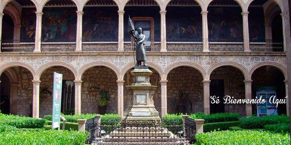 Déjate sorprender por la Historia de #Morelia!  Este es el Colegio Primitivo y Nacional de San Nicolas de Hidalgo aquí puedes ver la estatua de quien fuera su alumno, catedrático y rector a lo largo de 27 años! Don Miguel Hidalgo y Costilla.