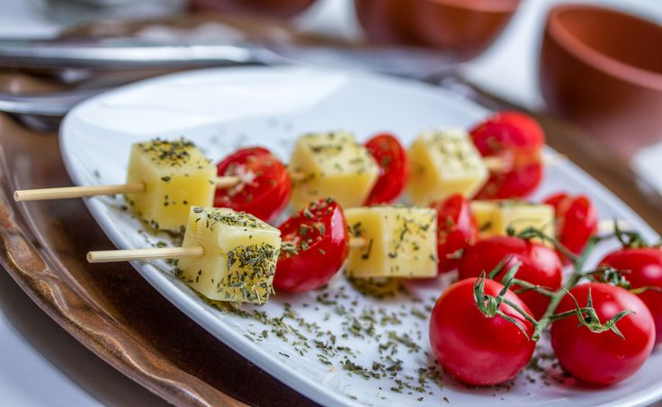 brochetas de tomate y queso