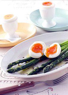 ゆで卵は水から茹でるものと思っていませんか?小学校のとき家庭科で習ったのは水からでしたよね。実は沸騰したお湯に入れるほうが、トロトロ半熟から 堅ゆでまで好みの固さに加減しやすいのです。基本を覚えて、色々なレシピにアレンジしましょう。
