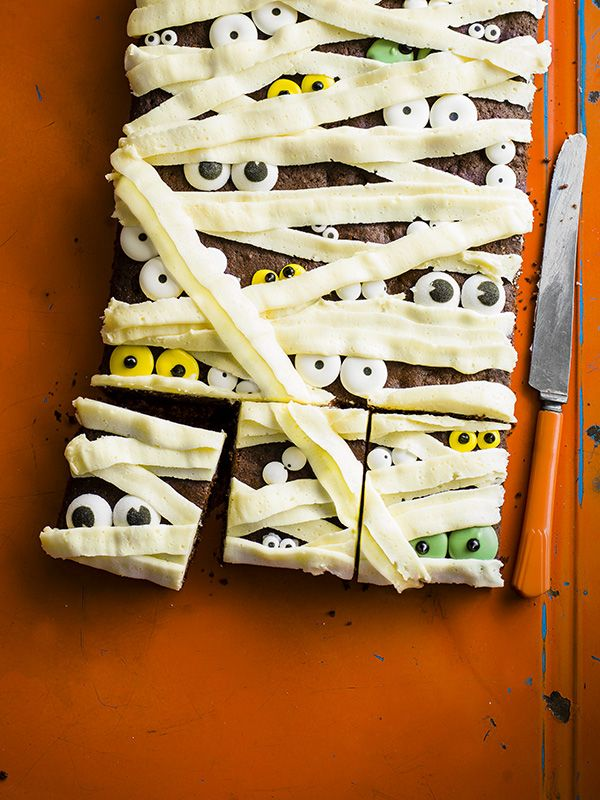Spooky Halloween cake - This spooky halloween cake is easy to make but looks really impressive. Perfect for your costume party or for trick-or-treaters.