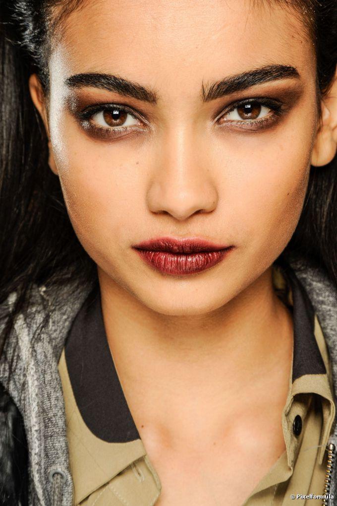 O rosto redondo deve apresentar sobrancelhas mais arqueadas para alongar o rosto e ainda dar um ar mais sensual