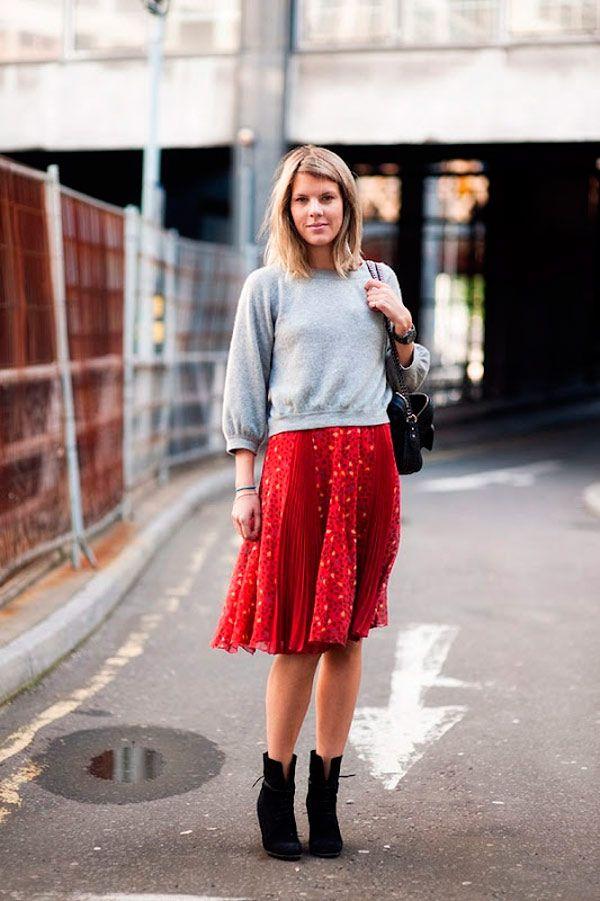 A saia vermelha é super versátil e você pode também mesclar a saia com um moletom cinza e botas pretas.