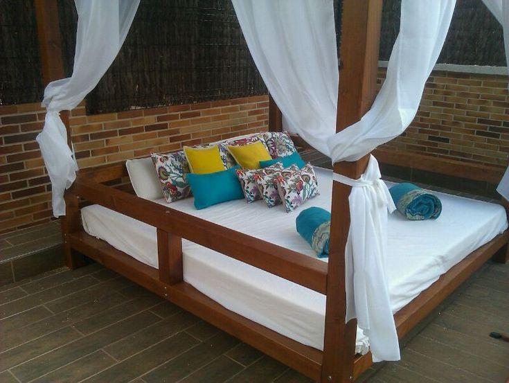 Las 25 mejores ideas sobre camas al aire libre en for Bases para colgar cortinas