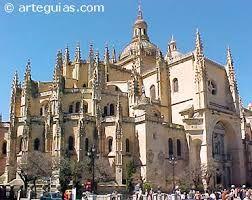 49. CATEDRAL  NUEVA DE SEGOVIA, JUAN GIL DE HONTAÑÓN fue nombrado su ppal. arquitecto y realizó las trazas góticas en 1524. De planta, como la Nueva de Salamanca, en forma de salón, de tres naves,  crucero sin sobresalir y cabecera poligonal. A Juan gil le sucedió su hijos RODRIGO GIL DE HONTAÑON y  a este MARTIN RUIZ DE CHERTUDI, su aparejador Su primera piedra se colocó en 1525
