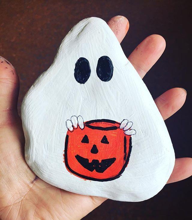 Fantasmi in classe #sassicollection #instacollage #stones#stone#stonesart #coloredstone #painting#paint #paintings #paintcartoon #instagram #instagood #instaart #instaartist #instapaint #instapainting #instapaintings #rock#rocks #rockspainting #pitturasusassi #fantasmi#fantasma #ghost #ghosts #ghost👻 #school #🎨#halloween#